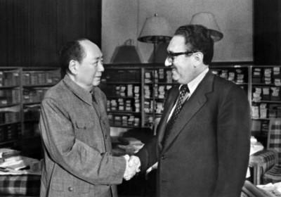 Mao Zedong Greets Henry Kissinger