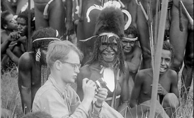 Michael-Rockefeller-among-the-Dani-New-Guinea-1961.-Photo-by-Jan-Broekhuijse-©-2006-President-and-Fellows-of-Harvard-College
